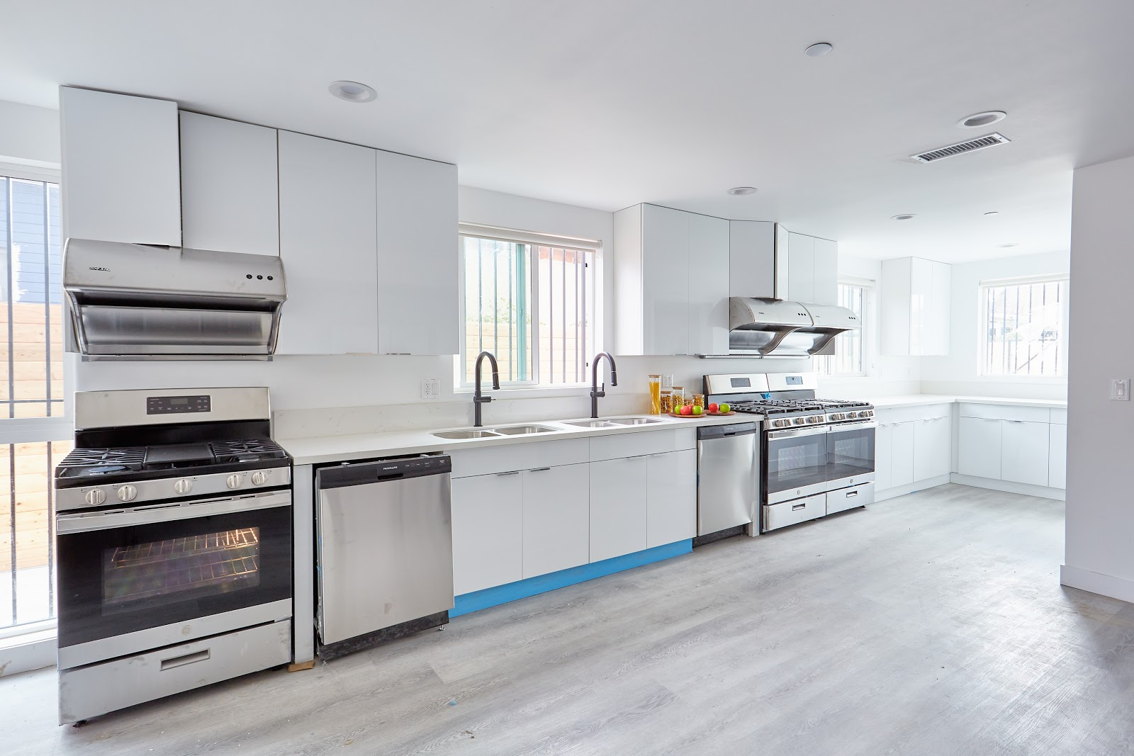 Tripalink bright modern kitchen with silver appliances