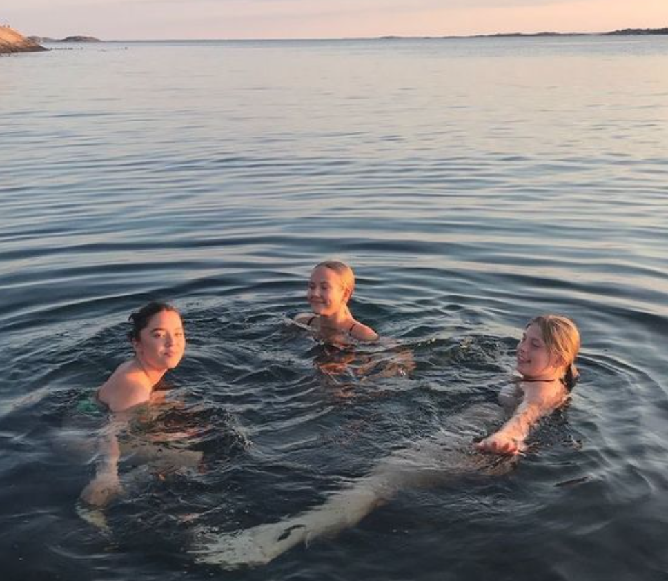 3 women in a large lake relaxing, Communal residents